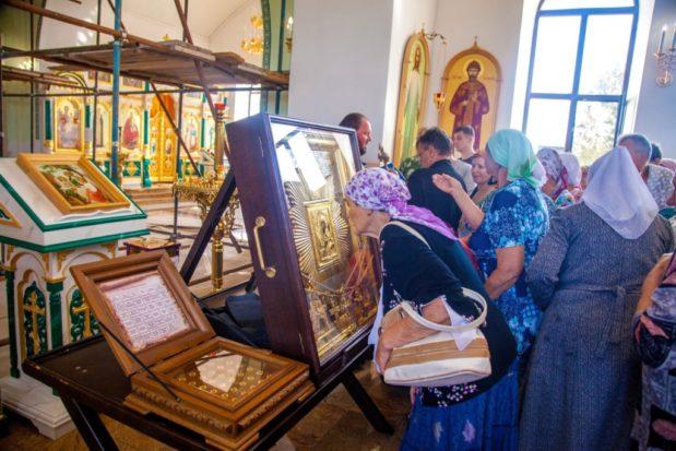 В Свято-Троицком храме встретили икону Божией Матери «Избавительница от бед»